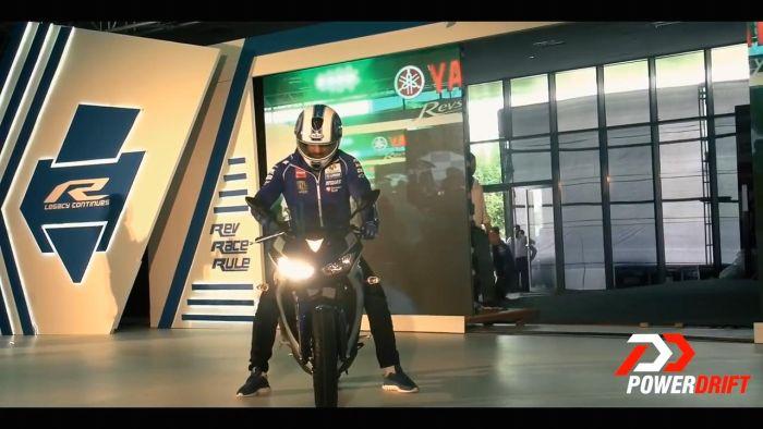 Lampu depan motor Yamaha YZF-R3 versi India menyala lampu kanannya.