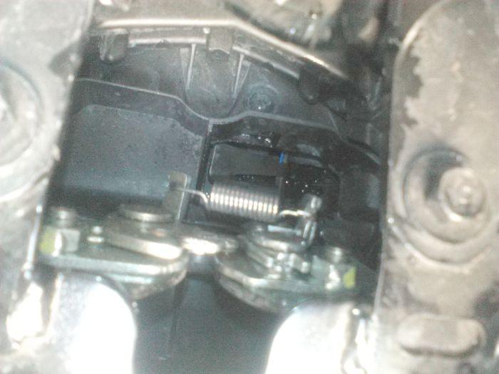 Bagian pengunci jok motor Honda Beat