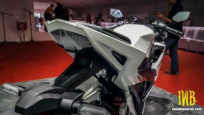 Honda CBR150R dilihat dari belakang tidak adanya pegangan belakang membuatnya terlihat jelek