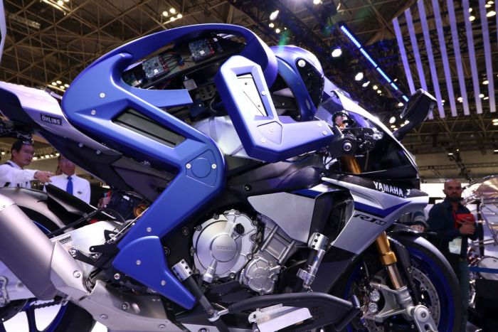 robot-motobot-mengendarai-yamaha-r1m