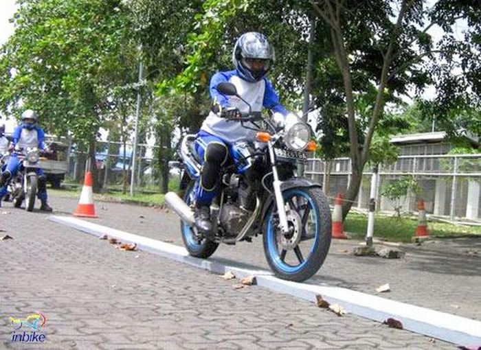 safety-riding-tapi-lewat-titian-jalan-tikus