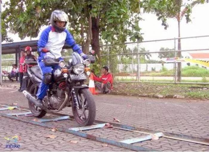 safety-riding-tapi-pakai-lampu-sorot