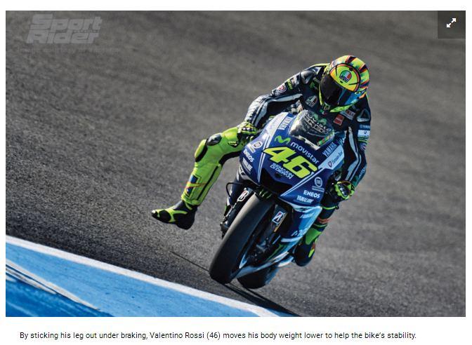 Dengan menjulurkan kaki Valentino Rossi membantu menurunkan center of gravity yang membantu keseimbangan sepeda motor